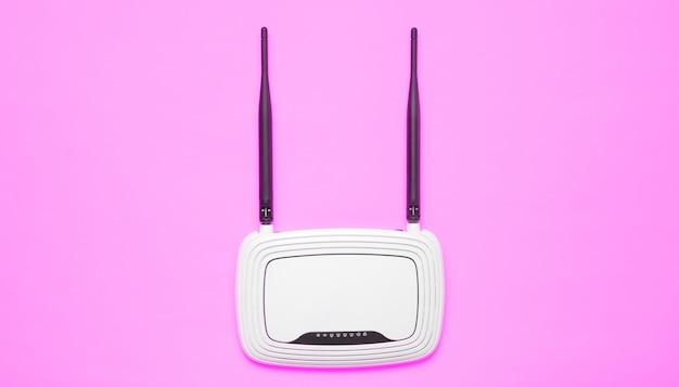 Router wi-fi sulla superficie rosa