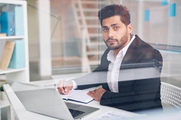 Routine di ufficio del dipendente