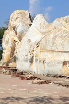 Rovina della statua di buddha adagiantesi gigante