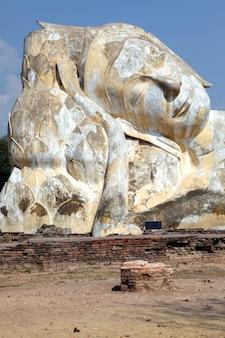Rovina di buddha adagiantesi gigante