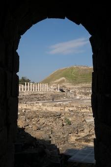 Rovine al sito archeologico visto attraverso l'arco, bet she'an national park, distretto di haifa, israele