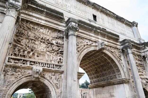 Rovine del foro romano. il museo storico all'aperto. roma, italia