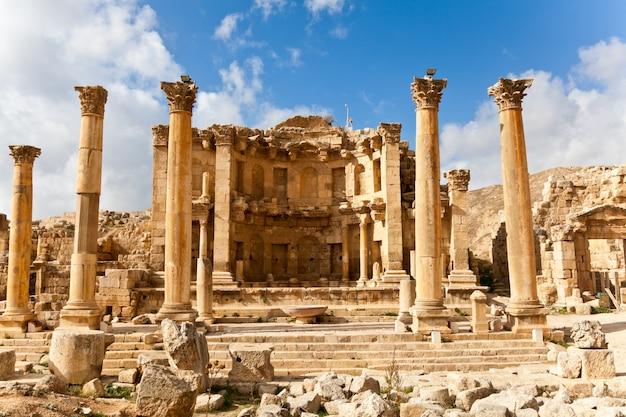Rovine del ninfeo nella città antica romana di jerash, giordano