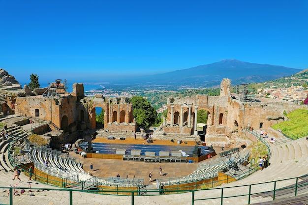 Rovine dell'antico teatro greco con il vulcano etna, taormina, sicilia