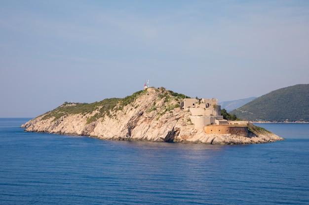 Rt ostra light è l'estremità punta di una penisola stretta e rocciosa prevlaka, punto di ingresso di boka kotorska, croazia