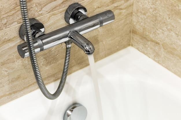 Rubinetto del bagno con acqua corrente
