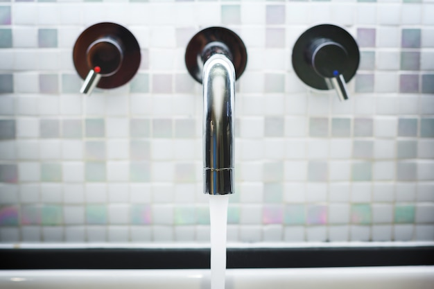 Rubinetto in bagno con acqua corrente