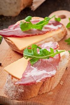 Rucola di foglia decorata con sandwich di prosciutto