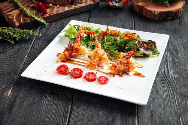 Rucola di gamberi fritta nel grasso bollente e uova di pesce volante