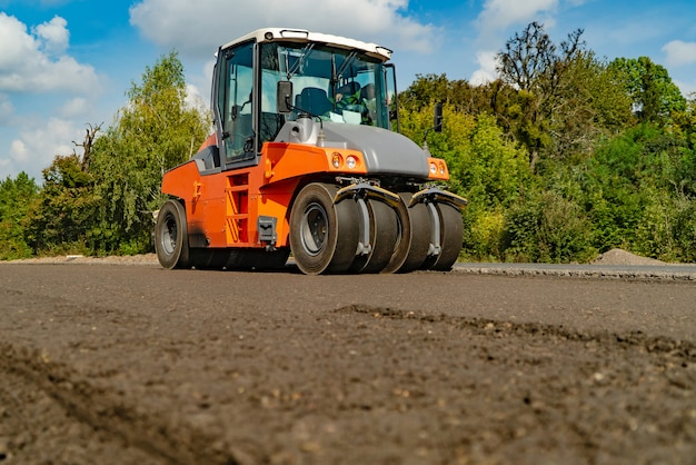 Rullo compressore che lavora al nuovo sito della costruzione di strade