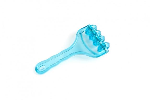 Rullo di massaggio blu su bianco