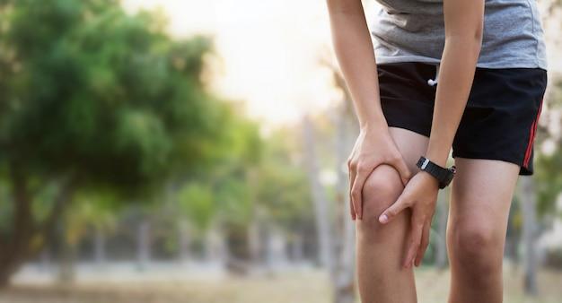 Runer donna con infortunio al ginocchio e dolore