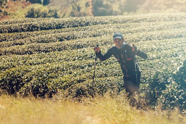 Runners. traccia dei giovani in esecuzione su un sentiero di montagna. trail avventura in esecuzione su un mountainlifestyle.