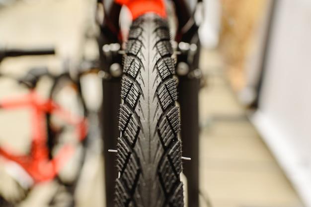Ruota con pneumatico stretto per la città di una bicicletta.
