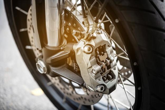 Ruota del motociclo con i freni dell'abs, fuoco selettivo.