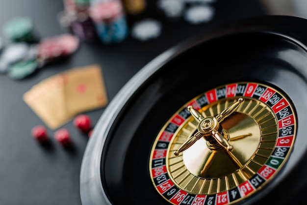Ruota della roulette che gioca in un tavolo del casinò