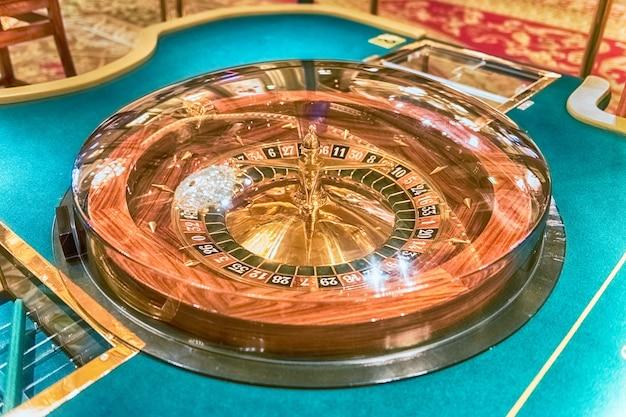 Ruota della roulette classica con messa a fuoco selettiva per effetto bokeh