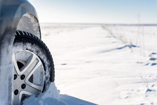 Ruota nella neve sul campo