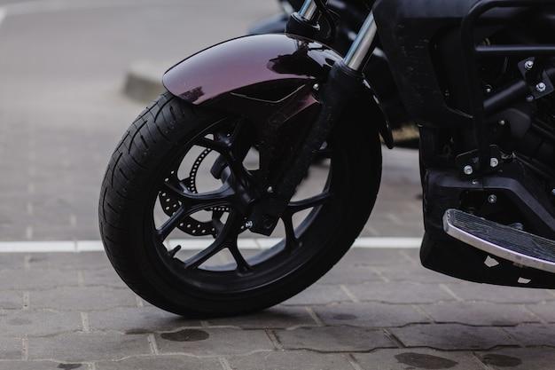 Ruota nera di una moto sportiva