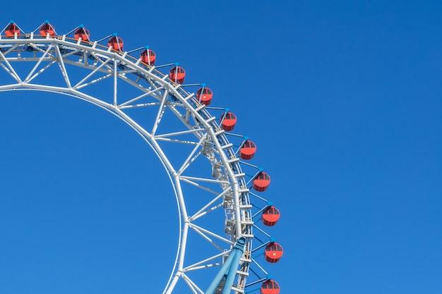 Ruota panoramica e montagne russe al parco di divertimenti della città di tokyo dome