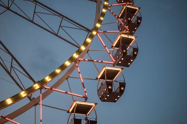 Ruota panoramica in un parco di notte. intrattenimento nel parco