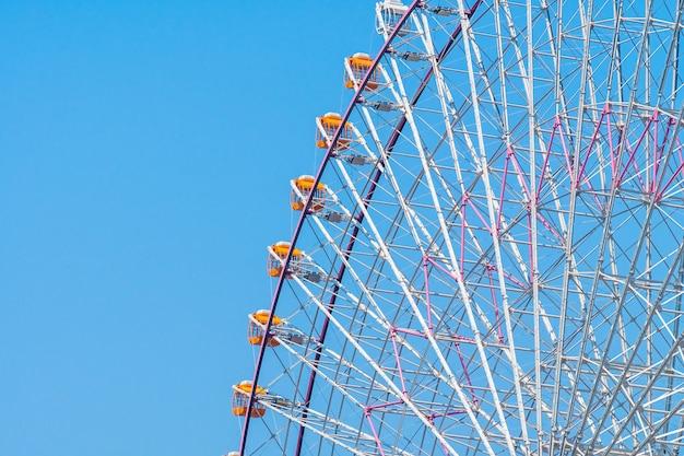 Ruota panoramica nel parco di divertimenti