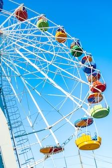 Ruota panoramica variopinta del parco di divertimenti nel cielo blu