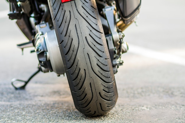 Ruota posteriore della moto sportiva su strada