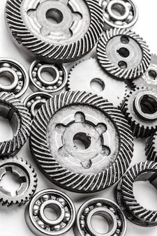 Ruote del metallo dell'ingranaggio, isolate su bianco