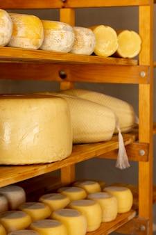 Ruote di formaggio gustoso primo piano