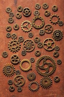 Ruote di ingranaggi meccaniche dei denti di steampunk su fondo di legno