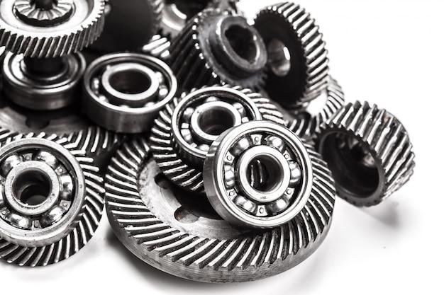 Ruote di metallo dell'ingranaggio, isolate su bianco