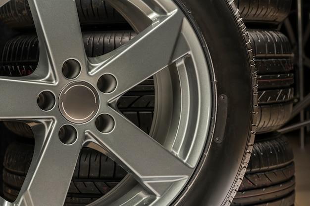 Ruote e pneumatici primo piano ruota di assemblaggio, pezzi di ricambio moderni, un frammento della ruota