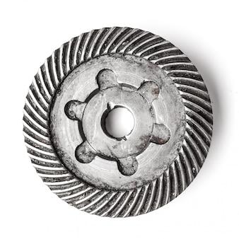 Ruote metalliche degli ingranaggi, isolate su superficie bianca