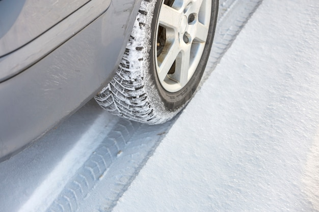Ruote per auto pneumatici in gomma nella neve profonda