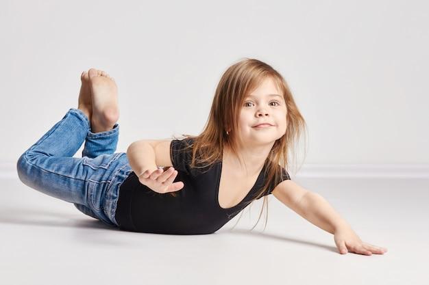 Russia ekaterinburg -,: bambina con i capelli rossi, bei capelli lunghi. gioia e divertimento. in posa su una leggera scuola di moda