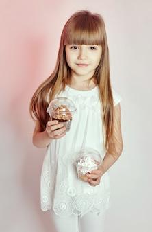 Russia, ekaterinburg,: celebrazione di moda bambina con palloncini, moda e abbigliamento per bambini. ragazza in posa in studio. modello di bambini in età scolare. sorriso sul suo viso e bellissimi occhi