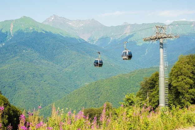 Russia, sochi - 30 luglio 2019: funivia negli altopiani panoramici in estate krasnaya polyana. fattoria di rose
