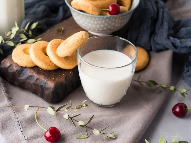 Rustico still life con latte e biscotti. colazione estiva