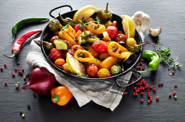 Rustico, verdure al forno con spezie ed erbe in teglia