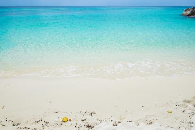 Sabbia bianca con mare blu cristallo smeraldo