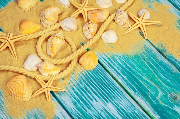 Sabbia di mare e conchiglie sul pavimento di legno blu