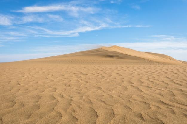 Sabbia tra le dune di maspalomas, un piccolo deserto a gran canaria, in spagna. sabbia e cielo.