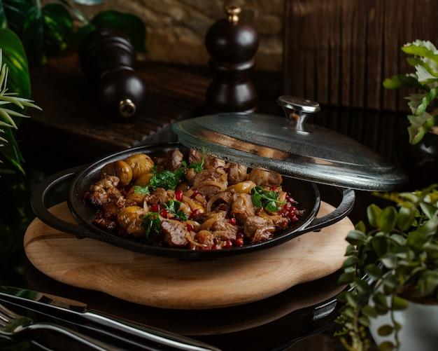 Sac qovurmasi, cibo tradizionale con ingredienti misti su una tavola di bambù