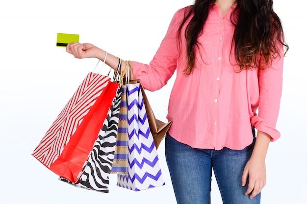 Sacchetti della spesa della tenuta della donna e carta di credito.