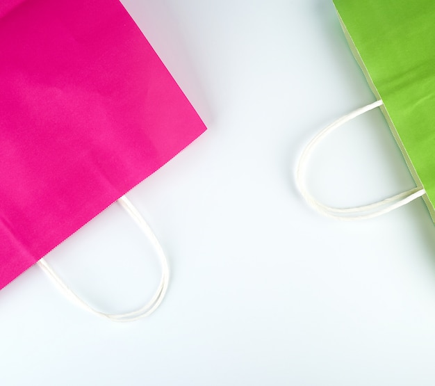 Sacchetti della spesa di carta rosa e verde