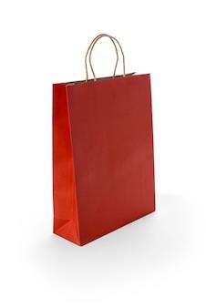 Sacchetti della spesa di carta rossi isolati su superficie bianca
