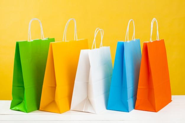Sacchetti della spesa di carta su giallo luminoso