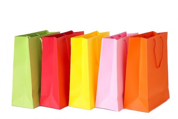 Sacchetti della spesa di carta variopinti isolati su bianco