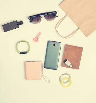 Sacchetti di carta e molti acquisti di gadget e accessori